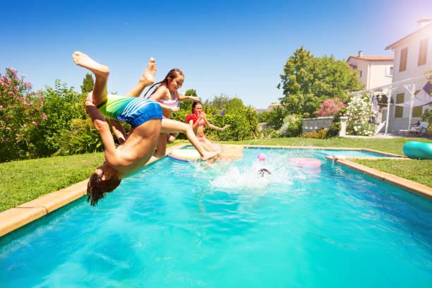 Aktive Jugendliche verbringen im Sommer am Pool – Foto