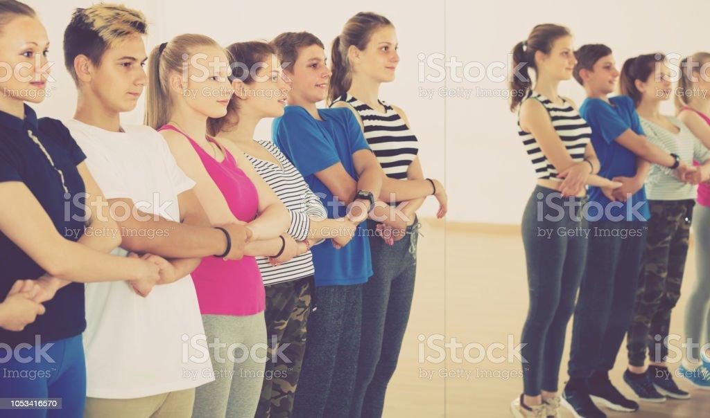 adolescents actifs style folk danse - Photo