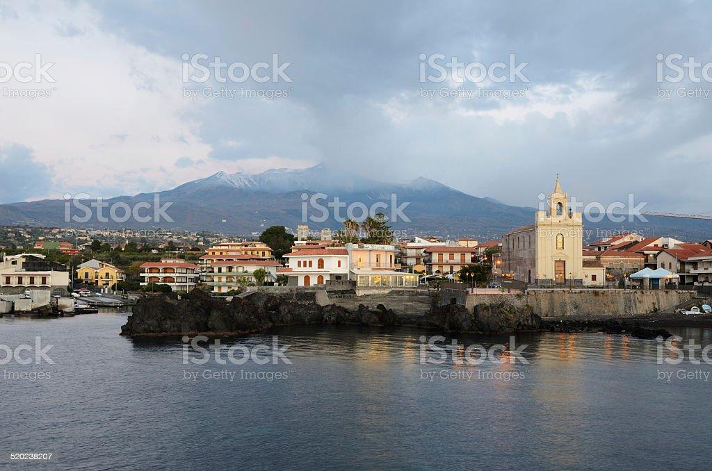 Vulcano attivo Etna sopra la città italiana - foto stock
