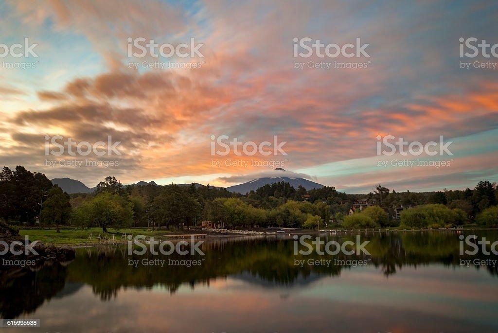 Active volcano Villarrica at morning sunrise reflection in lake Mallalafquén foto