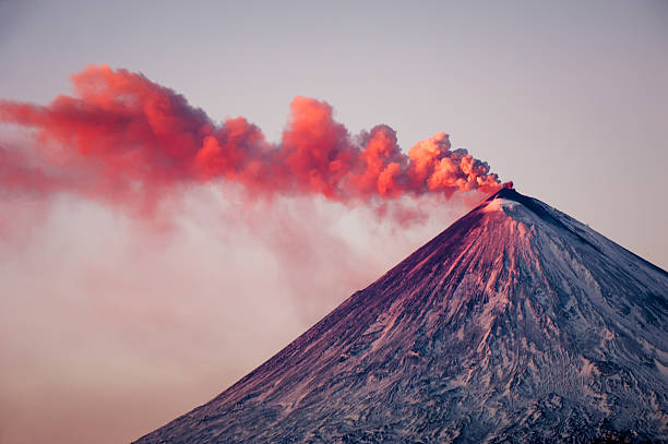 Active vulcano Eruption of the vulcano at Kamchatka kamchatka peninsula stock pictures, royalty-free photos & images