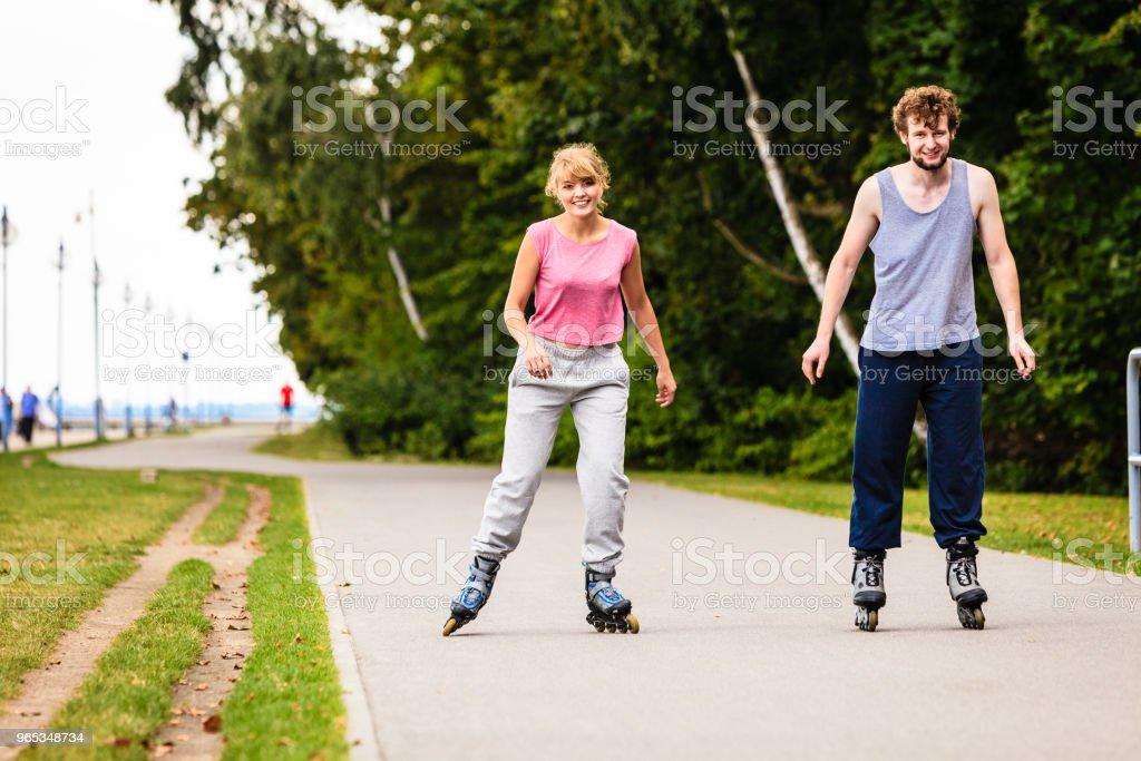 活躍的青年朋友輪滑戶外。 - 免版稅乘圖庫照片