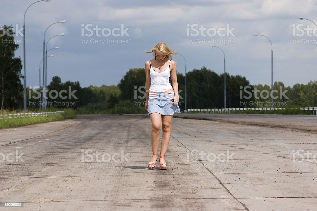 Active young woman goes on a highway. royalty free stockfoto