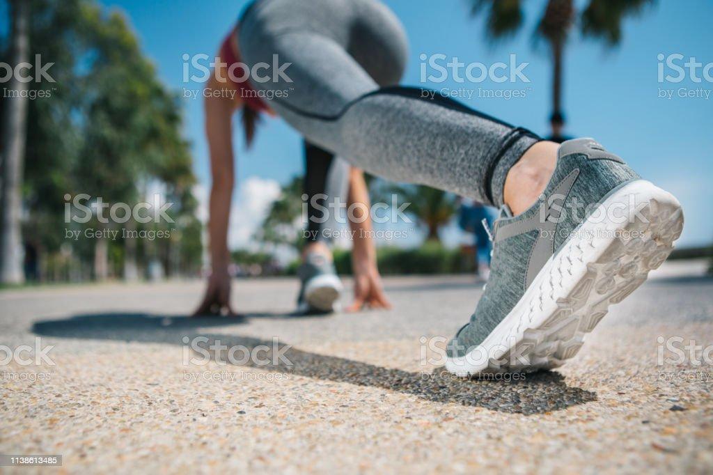 Posición En La Activa Pie Joven Antes De Correr Mujer Inicial yb7vYgf6