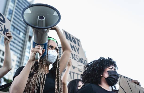 movimiento activista que protesta contra el racismo y lucha por la igualdad - manifestantes de diferentes culturas y protestas raciales en la calle por la igualdad de derechos - las vidas negras importan el concepto de la ciudad - civil rights fotografías e imágenes de stock