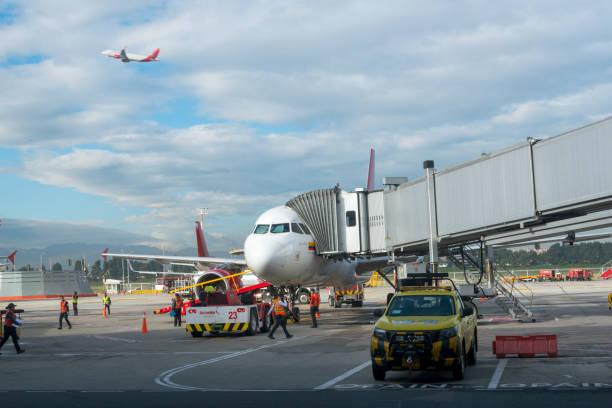 Aktivität der Arbeiter auf dem Parkplatz des Flugzeugs am Flughafen El Dorado. Kolumbien. – Foto