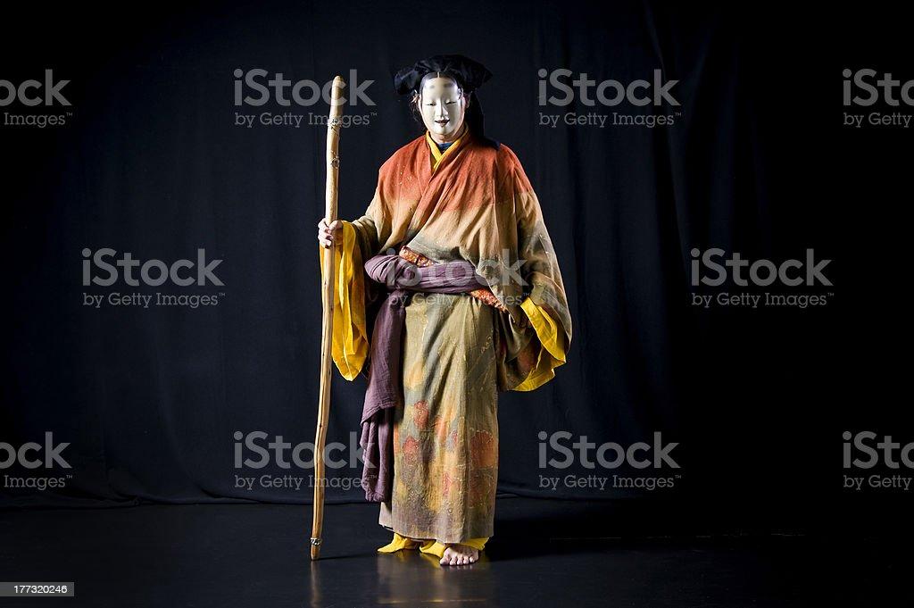 Schauspieler trägt Kimono und No-Maske – Foto