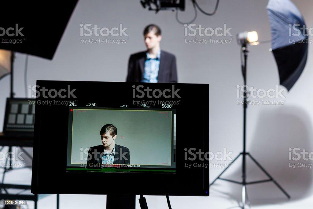Agente trabajando detrás de las escenas en una película fija - foto de stock