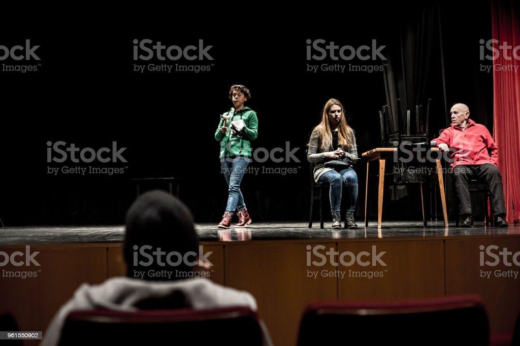 Actores practicando en el ensayo - foto de stock