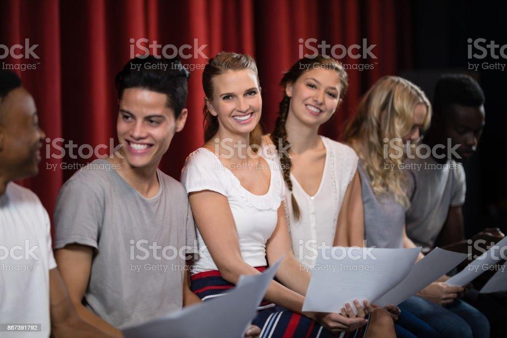 Actores leyendo sus guiones en el escenario - foto de stock