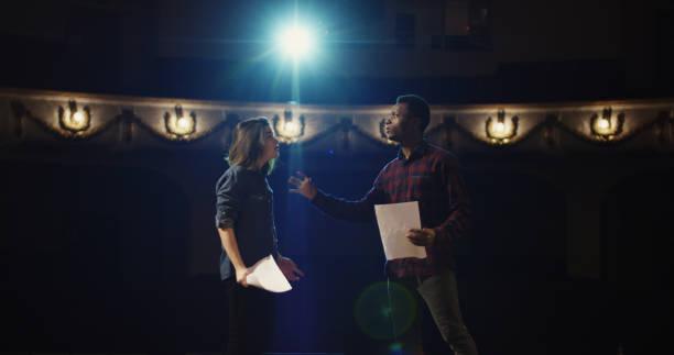 acteurs repeteren een scène in een theater - acteur stockfoto's en -beelden