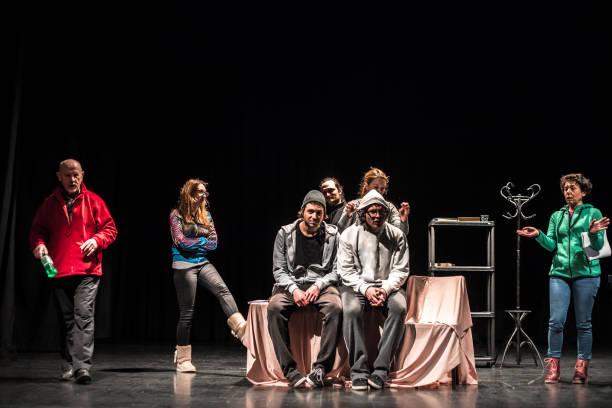 acteurs repeteren op het podium - acteur stockfoto's en -beelden