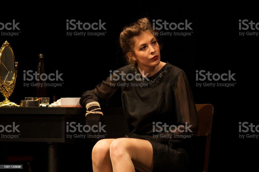 Schauspielerin auf der Bühne agieren – Foto