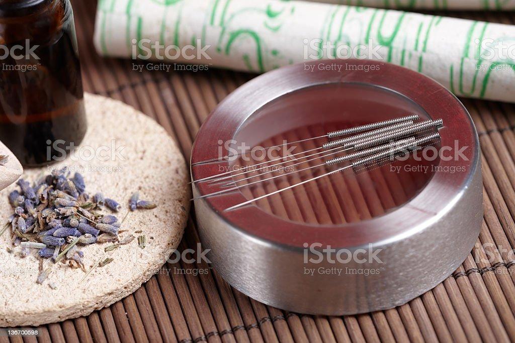 Acupuntura agujas, moxa s'adhiere y esencias de lavanda pétalos - foto de stock