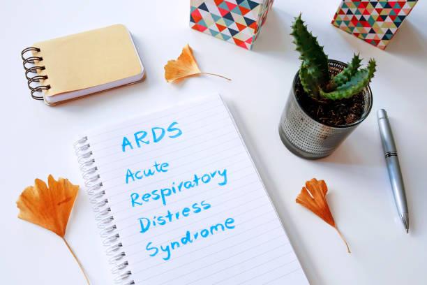ards acute respiratory distress syndrome im notizbuch geschrieben - arzt zitate stock-fotos und bilder