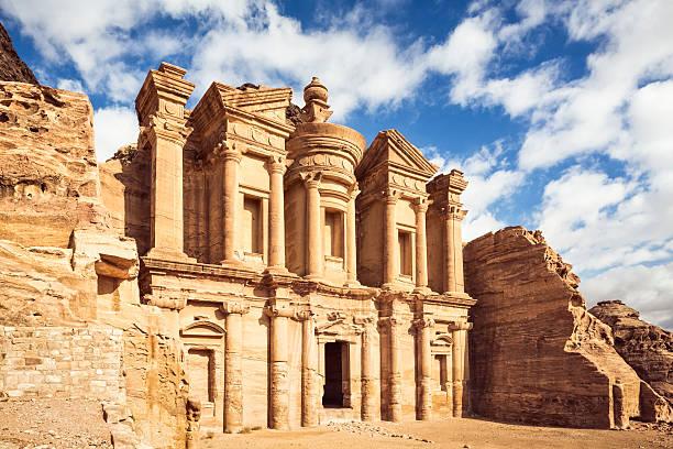 ad deir (le monastère) à petra, jordanie - jordan photos et images de collection