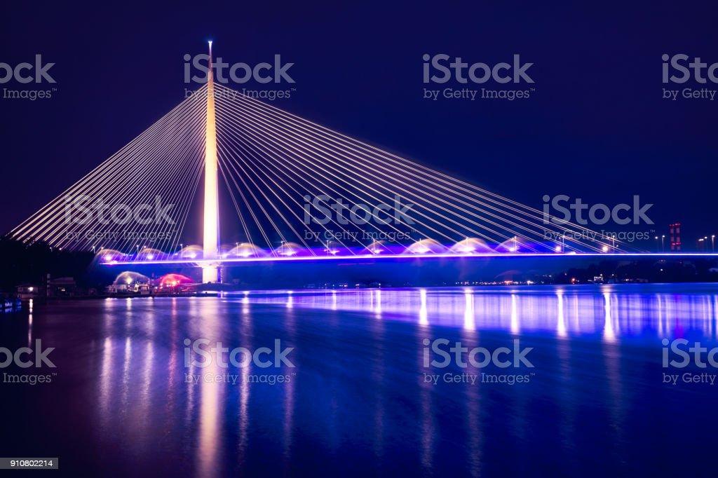 Pont d'Ada (Most na Adi) un 969 m de long et 200 m de haut pylône pont avec route à six voies et emprise unlaid transport en commun à double voie est ouverte en 2012. - Photo