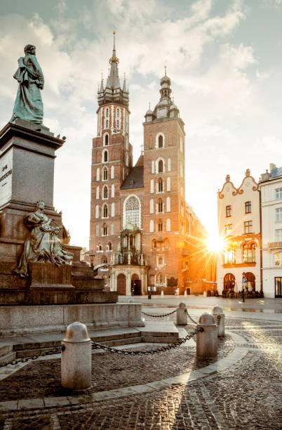 Adam Mickiewicz Denkmal und der Marienkirche am Hauptplatz in Krakau, Polen – Foto