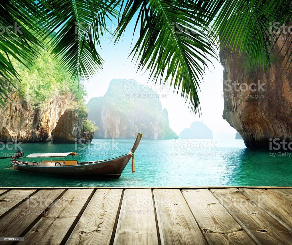 Adaman mar e barco de madeira na Tailândia - foto de acervo