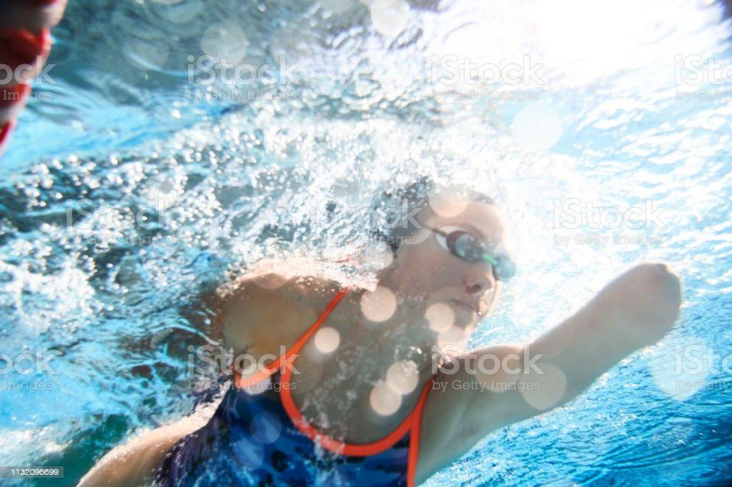 Adaptives Athletentraining im Schwimmbad. – Foto