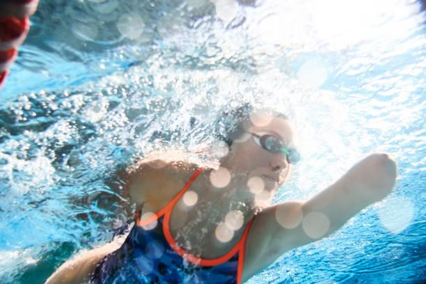 スイミングプールでの適応アスリートトレーニング。 - 障害者 ストックフォトと画像