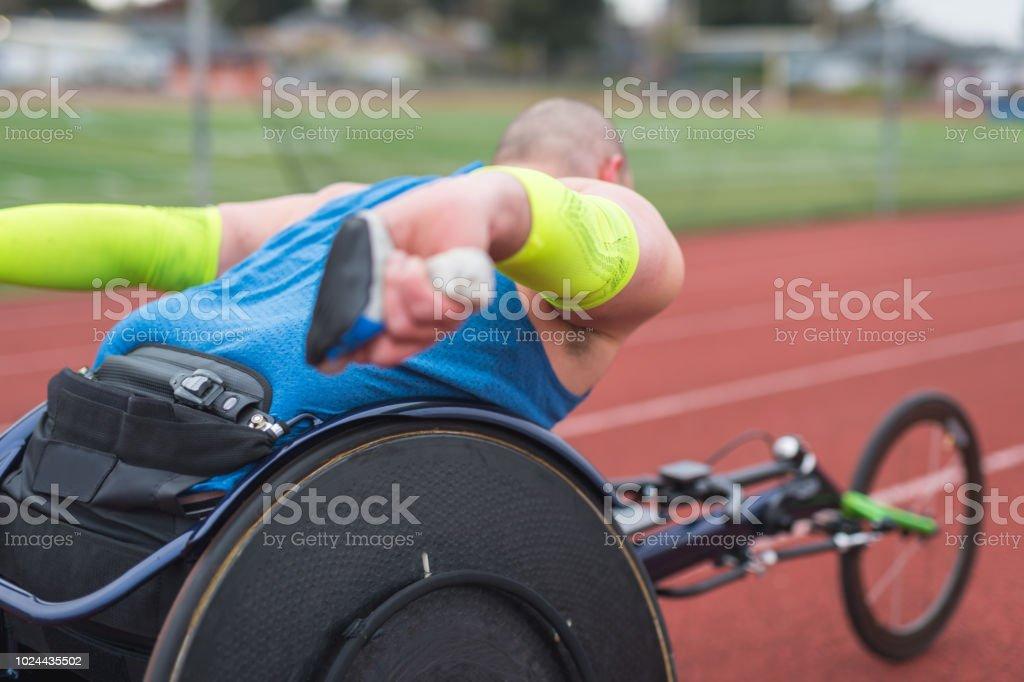 Adaptive Athlet training auf seinen Rollstuhl Racing auf einer Stadion-Strecke – Foto