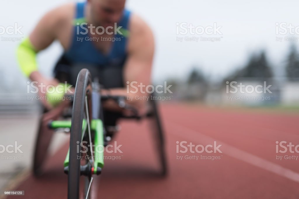 Adaptive Athlet training auf seinem Renn-Rollstuhl – Foto