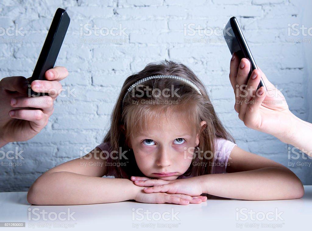 Suchtkranker Mobiltelefon Eltern Tochter ignoriert und gelangweilt vernachlässigen – Foto