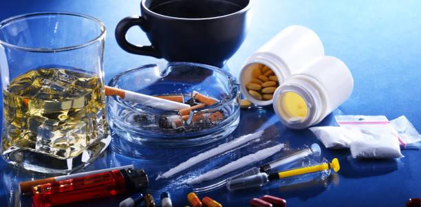 Suchtmittel, einschließlich Alkohol, Zigaretten und Drogen – Foto