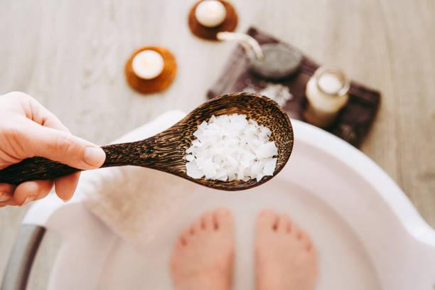 발 목욕 물에 염화 마그네슘 비타민 염을 추가, 솔루션. 발 목욕 물에 들어 있는 마그네슘 곡물은이 필수 미네랄로 신체를 보충 하 고 전반적인 웰빙을 촉진 하는 데 이상적입니다. - 마그네슘 뉴스 사진 이미지