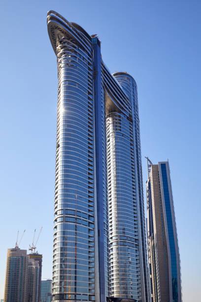 Dirija la vista de bajo ángulo del hotel de lujo Sky View en un día soleado, cielo azul claro en Dubái - foto de stock