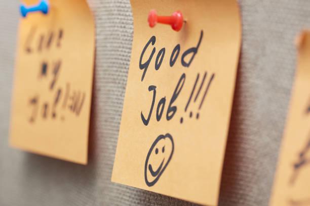 nota adhesiva con texto de buen trabajo en un tablón de corcho - agradecimiento fotografías e imágenes de stock