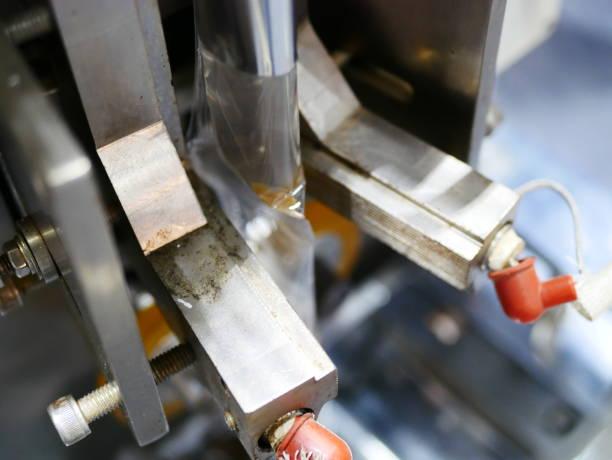 klebebänder-siegel-maschine - whisky test stock-fotos und bilder