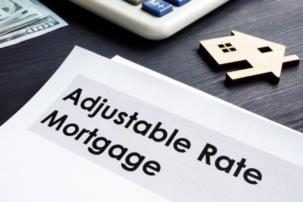 einstellbare rate hypothek arm-dokumente auf einem tisch. - verstellbar stock-fotos und bilder