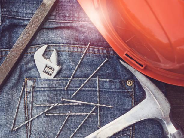 clé ajustable, vintage, jeans élégants et clous - 1er mai photos et images de collection