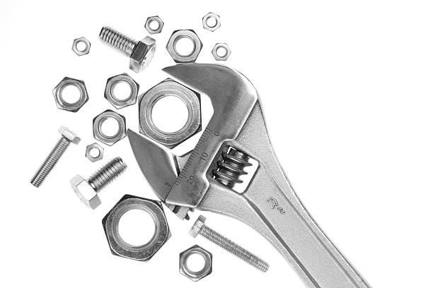 Verstellbarer Schraubenschlüssel mit Nüssen und Schrauben – Foto