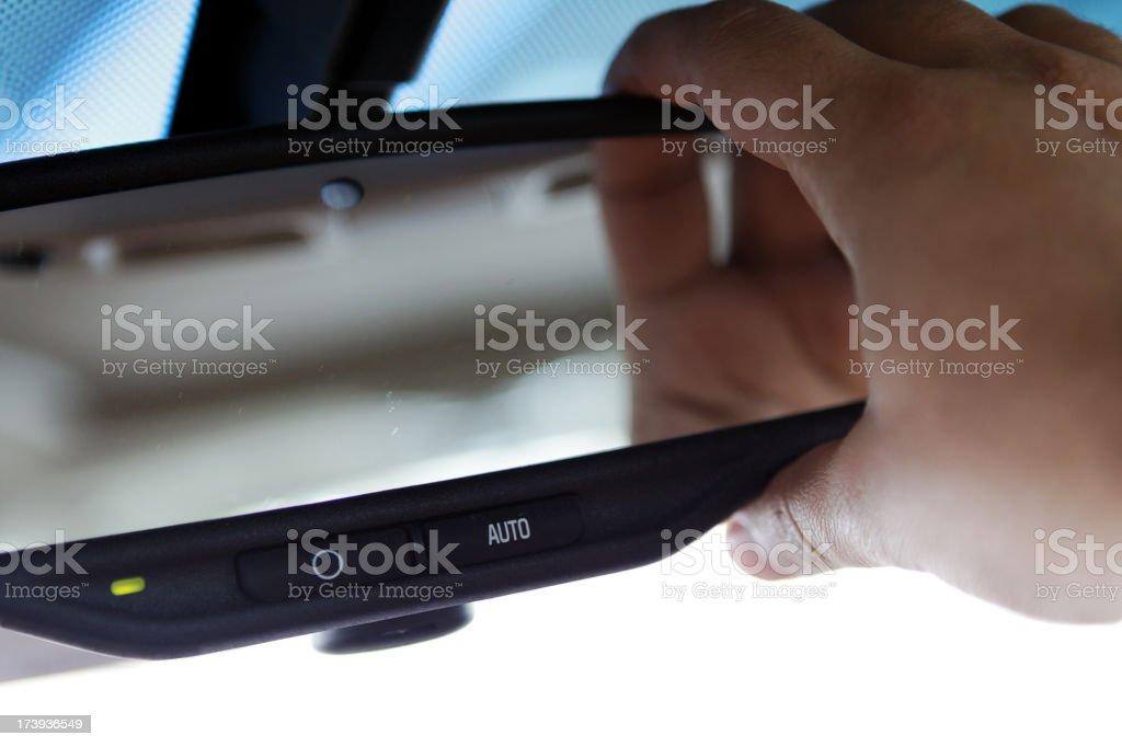 Ajustando espelho de carro - foto de acervo