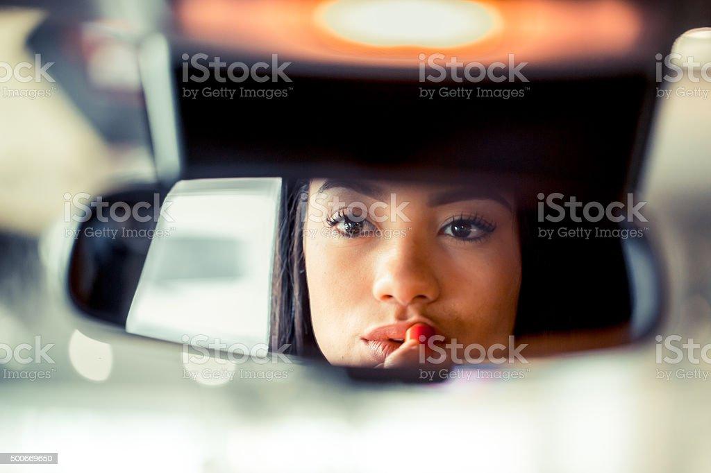 Ajuste de maquiagem no carro - foto de acervo