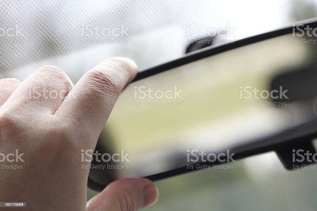 Ajustando espelho retrovisor - foto de acervo