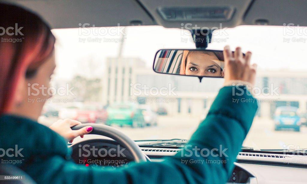 Ajustar o espelho retrovisor - foto de acervo