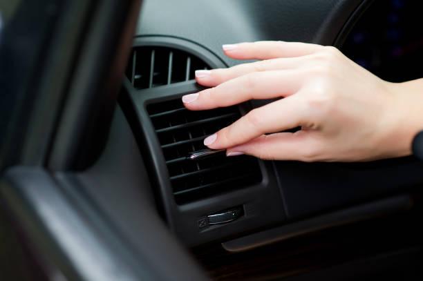 ajuste del flujo de aire de un aire acondicionado en un coche - foto de stock