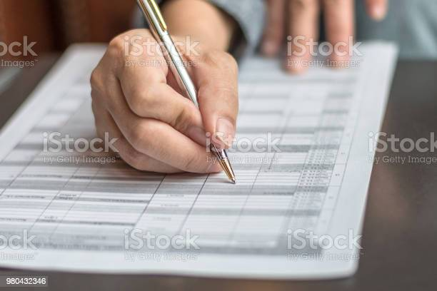 Administrators Hand Fill In Business Schedule Form Document Writing On Yearly Work Plan Monthly Timetable Sheet Or Weekly Time Table Paper For Office Tasks Things And Jobs To Do List - Fotografie stock e altre immagini di Accordo d'intesa