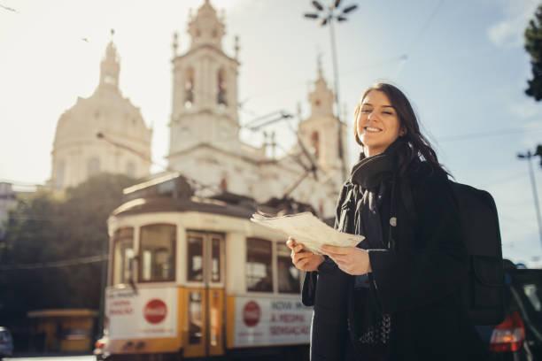 erstaunlichen sonnenuntergang in europäischen metropola bewundern. reisen in europe.female turist vor basilika da estrella und berühmten straßenbahnlinie 28 in lissabon - lissabon reise stock-fotos und bilder