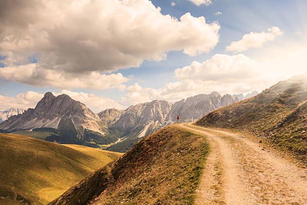 Admira las montañas paisaje al atardecer - foto de stock