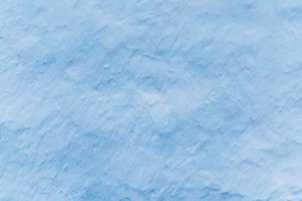 adobe blanchies à la chaux mur en couleur bleu clair, des traces de pinceau, fond avec espace copie pour du texte ou des objets - adobe photos et images de collection