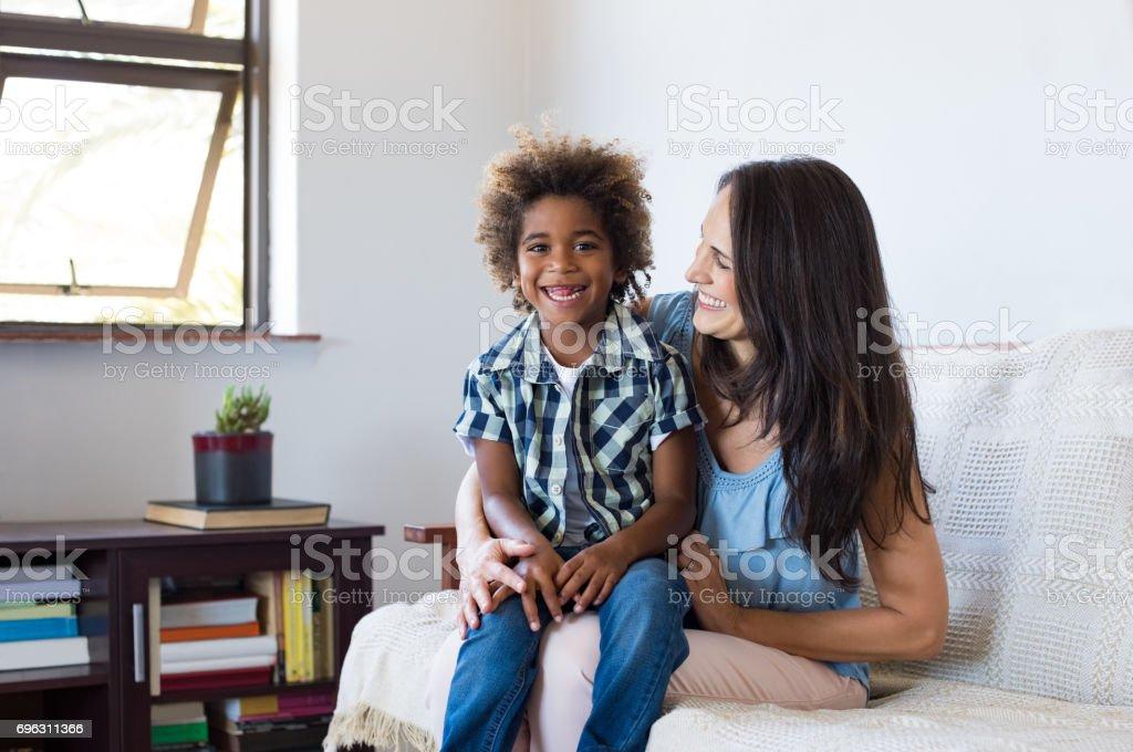 Kind spielt mit Mutter angenommen – Foto