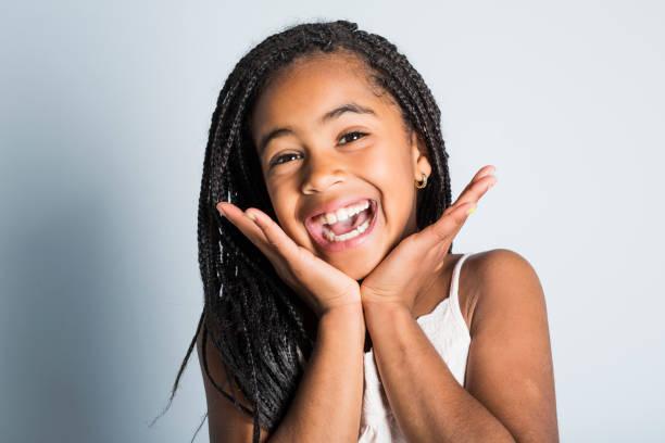Schattig Afrikaanse meisje op studio grijze achtergrond foto