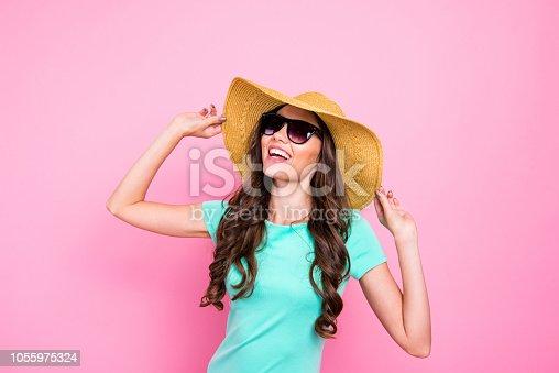 bbf66b4950 1055975324istock Adorable atractivo encantador pelo rizado morena joven  sonriente chica lleva gafas y Panamá.