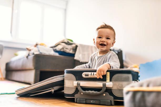 entzückende baby boy in koffer mit spaß - babytasche stock-fotos und bilder