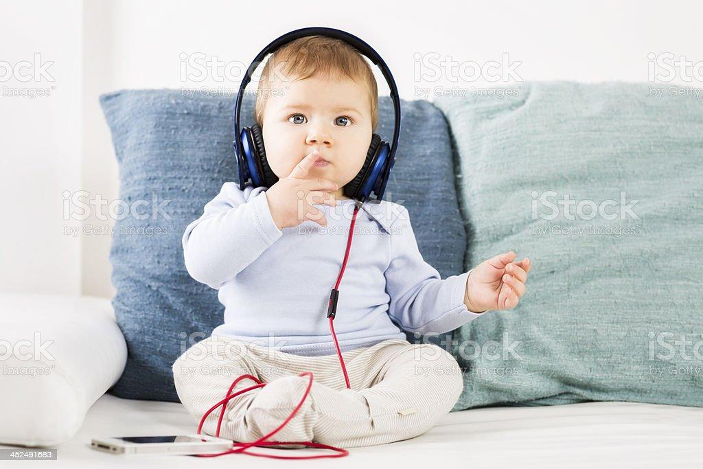 Adorable petit garçon à l'écoute de musique écouteurs. - Photo